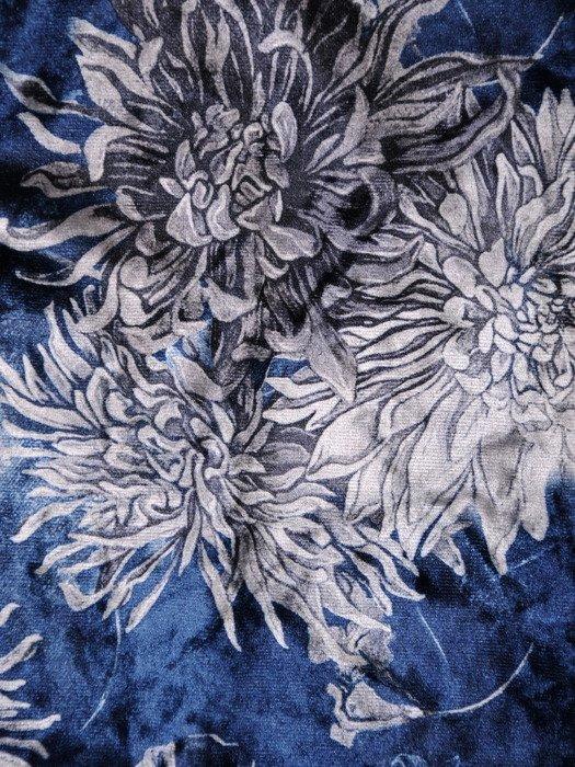 Trapezowa sukienka z modnym dekoltem 18547, welurowa kreacja w kwiaty.