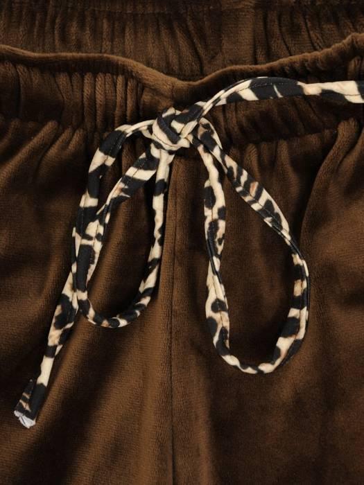 Welurowy dres damski z kapturem i ozdobnymi wstawkami z panterki 27852