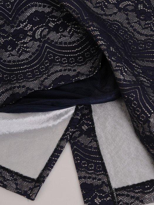 Wyszczuplająca sukienka z koronkowym wzorem 18145.