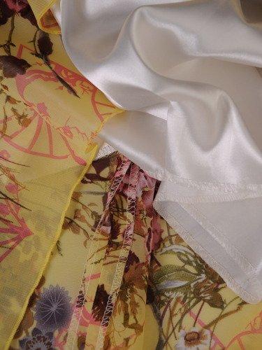 Żółta sukienka z dekoracyjnymi rękawami 15870, lekka kreacja z szyfonu.