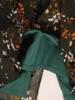 Elegancka sukienka w oryginalny wzór z ozdobnie wyciętymi rękawami 29018